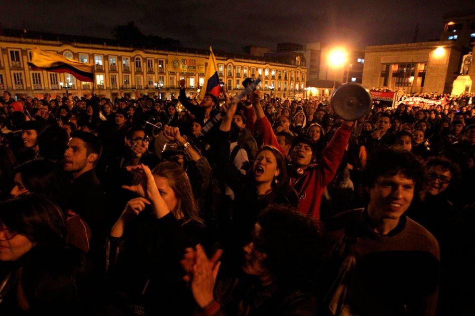 """Manifestantes protestam por atenção às reclamações dos agricultores, em Bogotá (""""El Espectador"""")"""