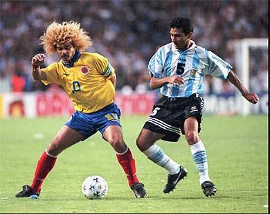 O atacante Valderrama, estrela da seleção dos anos 90, em partida contra a Argentina