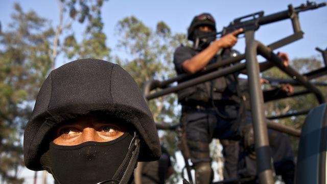 Polícia tentra entrar em cidade tomada pelo crime, em Michoacán (Reuters)