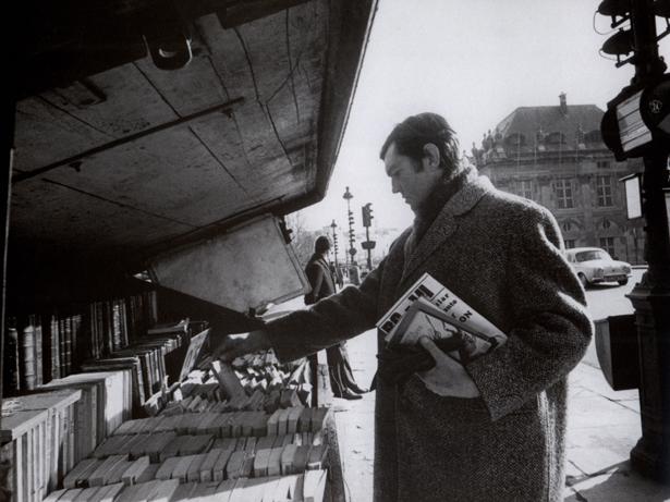 Cortázar vê livros em banca, em Paris (Divulgação)