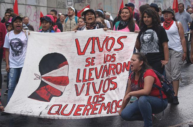 Protesto pede o retorno dos 43 estudantes desaparecidos (Foto: AP)