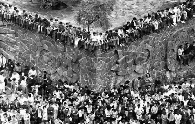 Estudantes tomam a Praça das Três Culturas, em outubro de 1968 (Foto: Reuters)