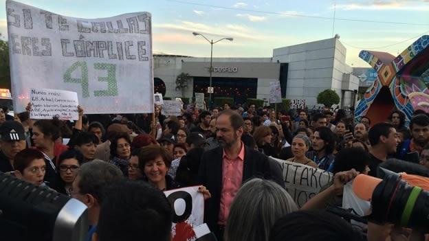 O escritor mexicano Juan Villoro junta-se a manifestantes em Guadalajara (Foto: AFP)
