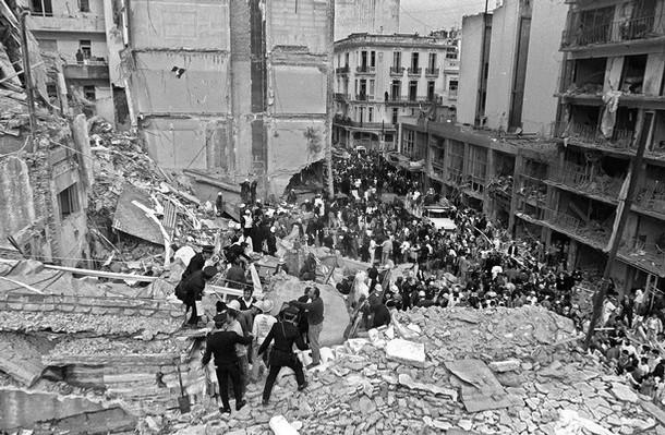 Equipes realizam buscas após explosão da AMIA, em Buenos Aires
