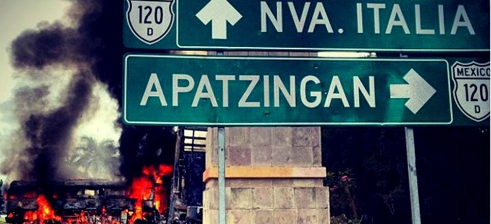 Entrada de Apatzingan, controlada pela milícia (Foto: AFP)