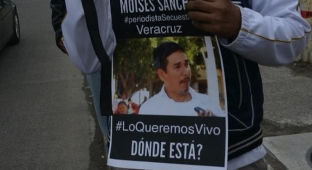Manifestante pede justiça em ato pelo jornalista morto (Foto: Revista Proceso)
