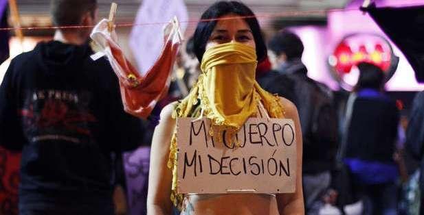 Manifestante pró-aborto em El Salvador (Foto: DW)