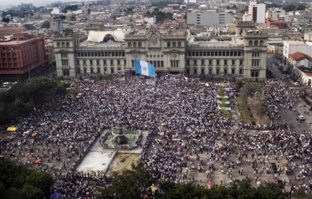 Milhares vão às ruas na Guatemala (Foto: AFP)