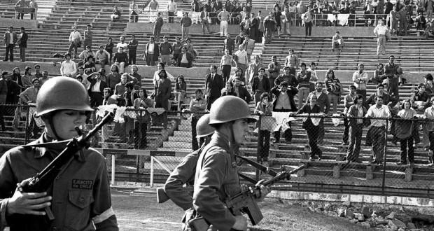 Soldados vigiam presos no estádio Nacional, em 1973 (Foto: Arquivo)