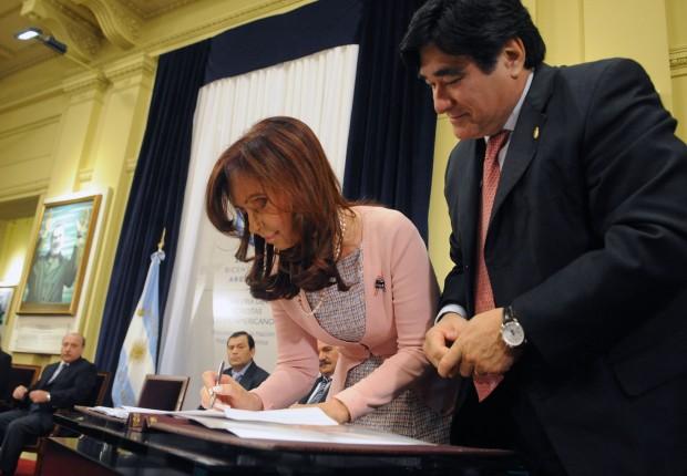Cena comum no kirchnerismo, Cristina assina decreto, Zaninni observa e orienta
