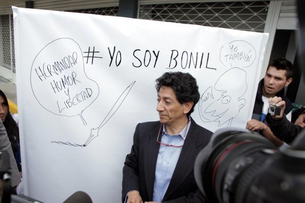 O cartunista Bonil, antes de uma audiência em Quito (Foto: El Universo)