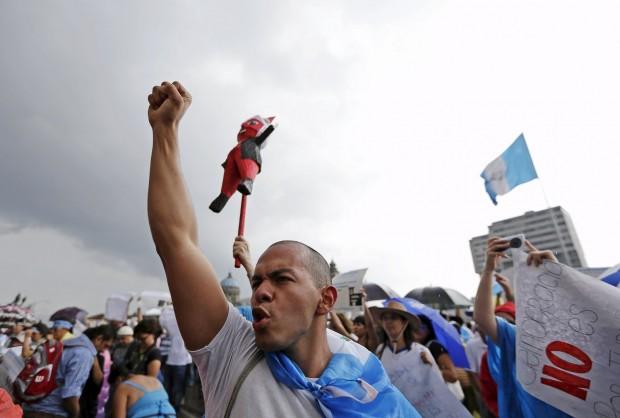 Manifestante protesta na Guatemala (Foto Reuters)