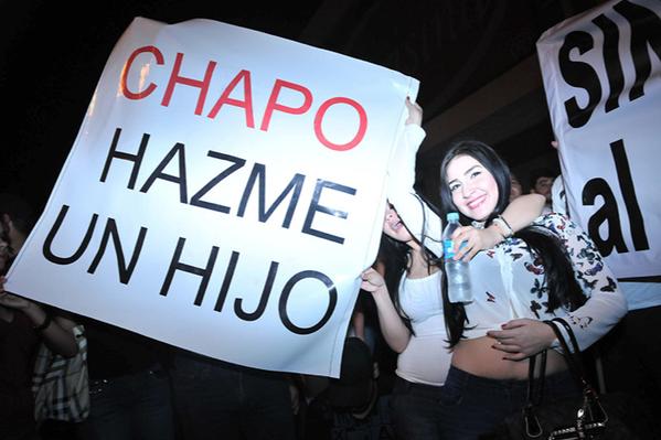 Manifestante carrega faixa em manifestação pró-Chapo, em Sinaloa (Foto AP)
