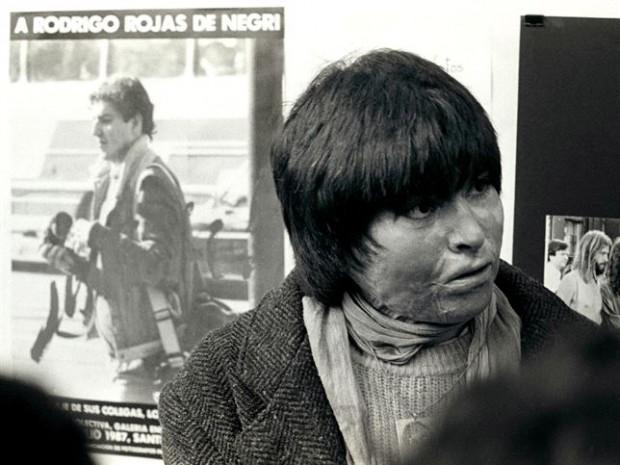 Carmen Gloria Quintana e um cartaz com a imagem de Rodrigo Rojas (Foto Reprodução)