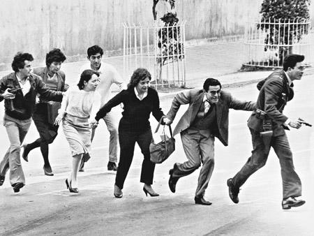 Reféns da ocupação do Palacio da Justiça da Colômbia, em 1985 (Foto: Arquivo)