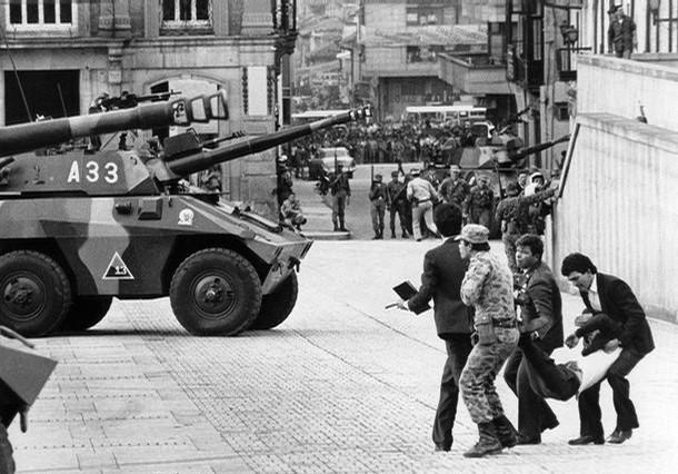 Tanques se preparam para recuperar o Palácio de Justiça (Foto Reprodução)