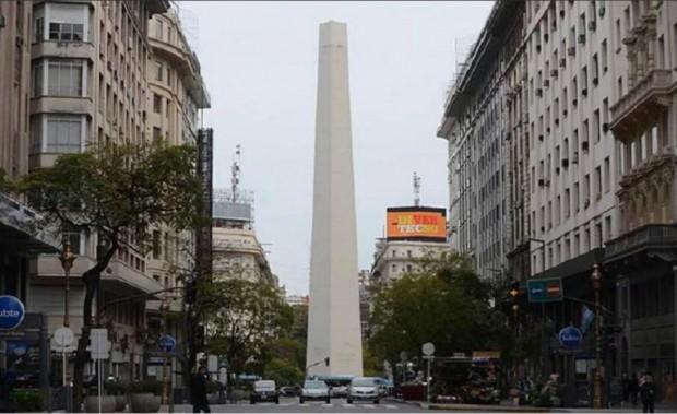 O Obelisco da avenida 9 de Julio, em Buenos Aires, sem a ponta (Foto Clarín)
