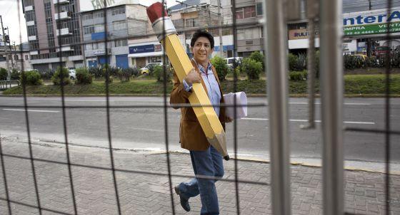 O cartunista Bonil, no Equador (Foto El Comercio)