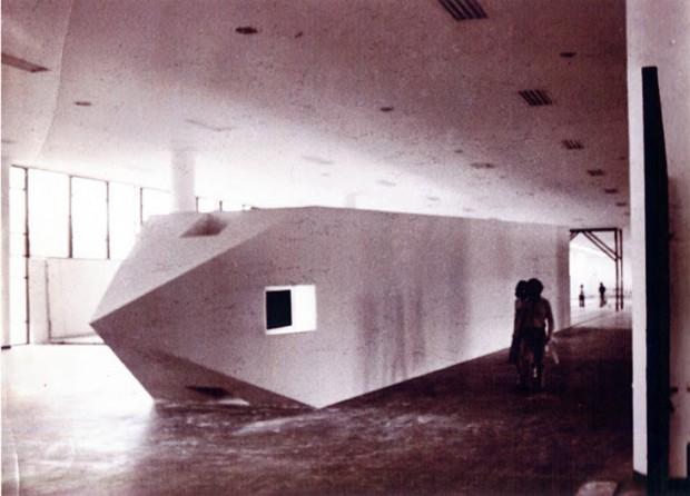 """O """"Obelisco Acostado"""", exposto na Bienal de Artes de São Paulo"""