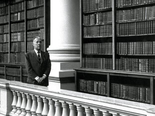 O escritor Jorge Luis Borges, na antiga sede da Biblioteca Nacional (Foto Arquivo)