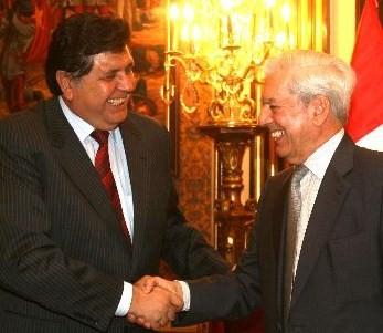 E aqui, ao lado de Alan García (Foto El Comércio)