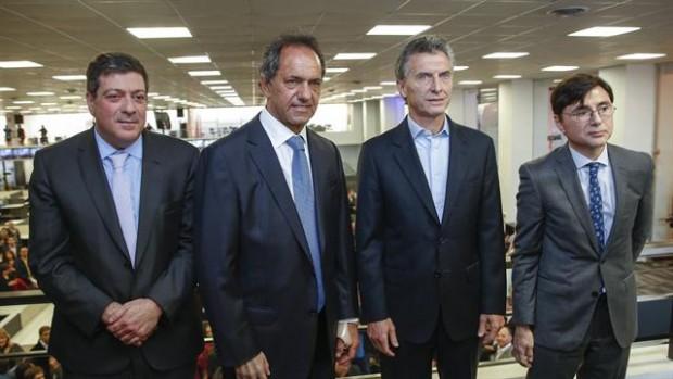 O vice-governador de Buenos Aires, Gabriel Mariotto, o candidato governista, Daniel Scioli, o opositor, Mauricio Macri, e o publisher Jorge Fontevecchia (Foto Perfil)