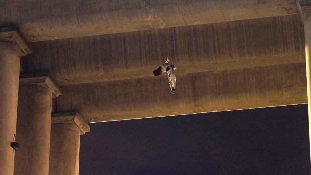 Corpo de homem morto, em ponte da capital mexicana (Foto Reuters)