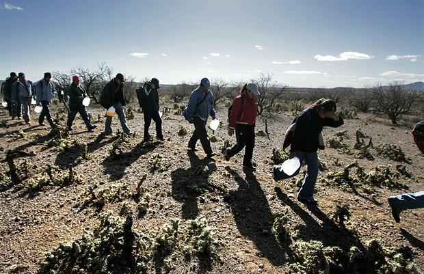 Imigrantes ilegais mexicanos cruzando a fronteira (Foto Reuters)