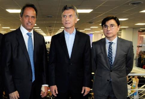 """Daniel Scioli, Mauricio Macri e Jorge Fontevechia, na inauguração da nova Redação do """"Perfil"""" (Foto Perfil)"""
