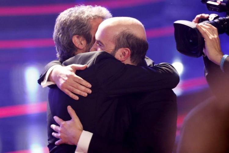 RIcardo Darín e Javier Cámara se abraçam na premiação (Foto El Mundo)