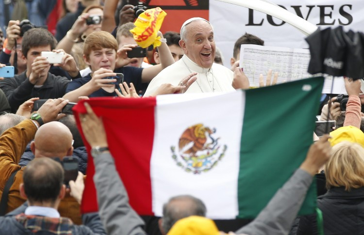 O papa Francisco, no Vaticano, com bandeira do México (Foto Reuters)