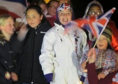 Crianças celebram vitória no referendo das ilhas, em 2013 (Foto Sylvia Colombo)