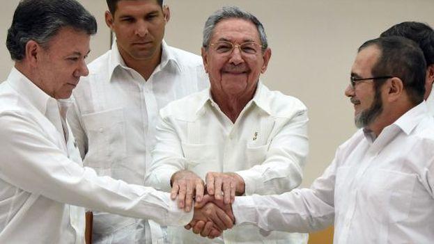 "O presidente colombiano, Juan Manuel Santos, o ditador cubano Raúl Castro e o líder das Farc, Rodrigo ""Timochenko"" Londoño (Foto AP)"