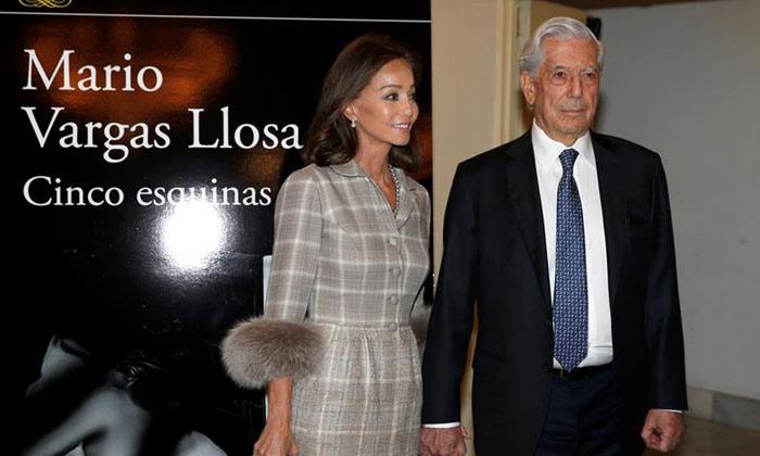 O escritor Mario Vargas Llosa com a namorada, Isabel Presley, em Madri (Foto Reuters)