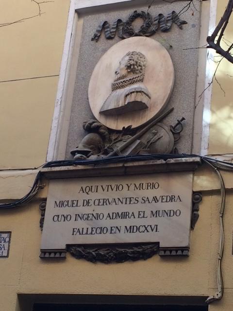 Inscrição na casa em que viveu Cervantes, no Barrio de las Letras, em Madri (Foto Sylvia Colombo)