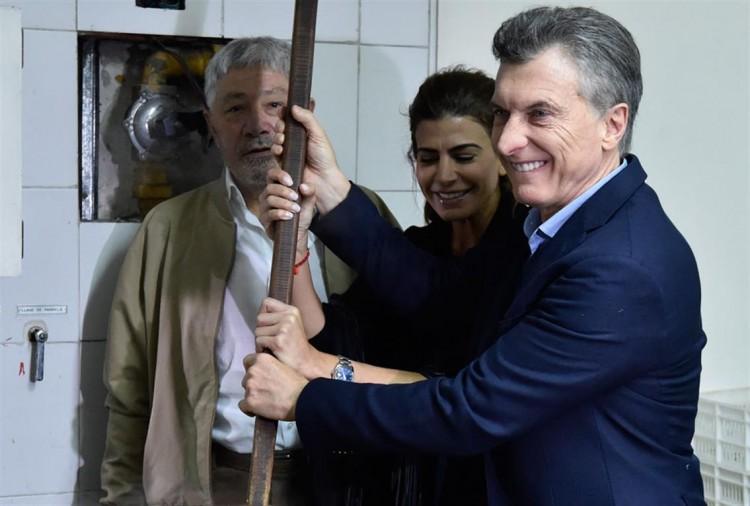"""Macri prepara um """"locro"""", com a mulher, Juliana Awada (Foto La Nación)"""