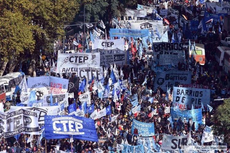 Sindicalistas marcham contra o presidente Macri (Foto Clarín)
