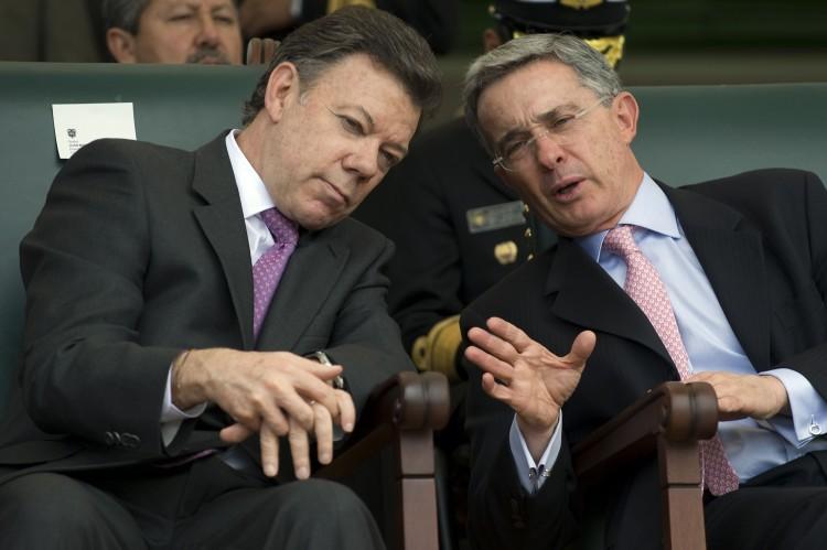 O atual presidente colombiano, Juan Manuel Santos, e seu antecessor, Álvaro Uribe (Foto Reuters)