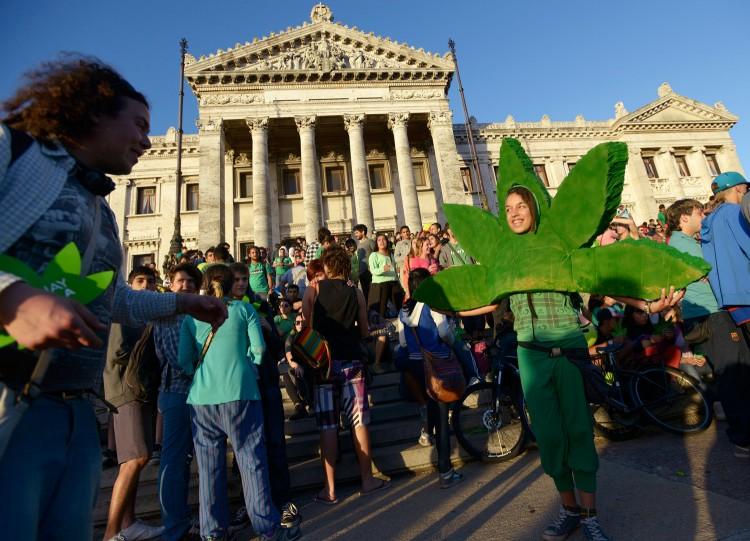 Apoiadores da lei da Maconha, em Montevidéu, Uruguai (Foto Reuters)
