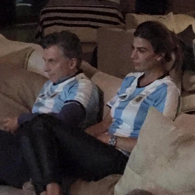 Macri e a mulher, Juliana Awada, vendo jogo da seleção argentina (Foto Reprodução)
