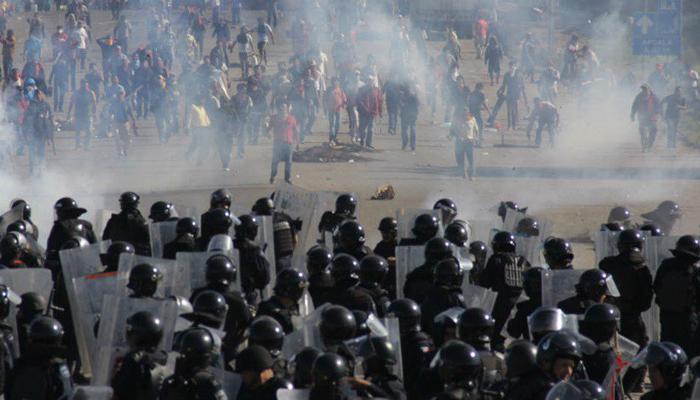 Soldados chegam para desmontar um bloqueio de grevistas, em Oaxaca (Foto Reuters)
