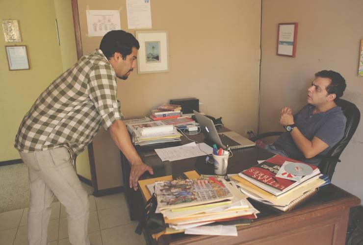 """Os jornalistas Óscar Martínez e Carlos Dada discutem publicação de uma reportagem na Redação de """"El Faro"""" (Foto Reprodução)"""