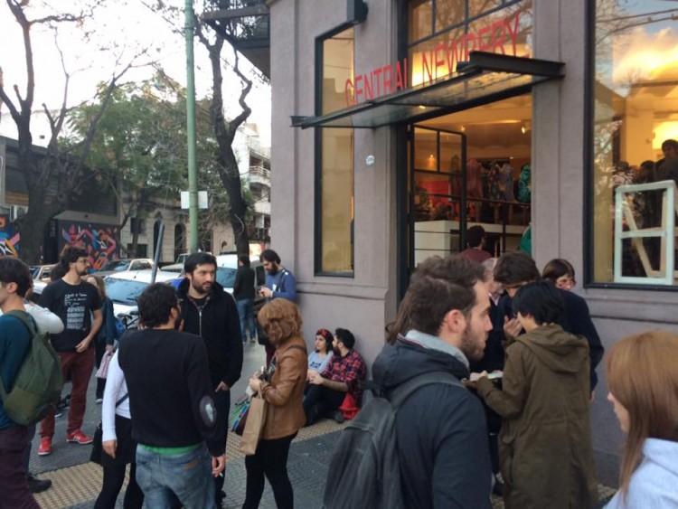 Pessoas se aglomeram na esquina, na entrada da feira (Foto Sylvia Colombo)