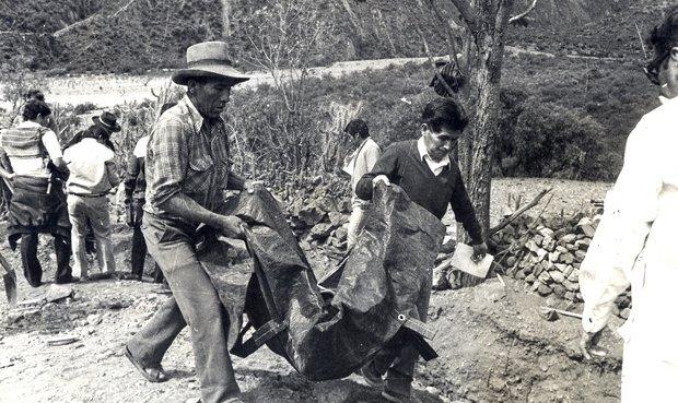 Familiares de vítimas carregam o que sobrou do povoado de Accomarca (Foto Arquivo)