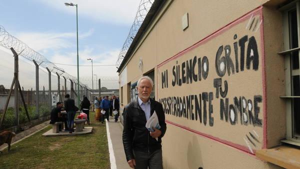 O Nobel sul-africano J.M. Coetzee, em uma de suas visitas à prisão de José León Suárez (Foto Clarín)