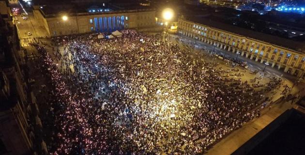 """Imagem do centro de Bogotá tomado por apoiadores do """"sim"""", na noite de segunda, após o resultado (Foto El Espectador)"""