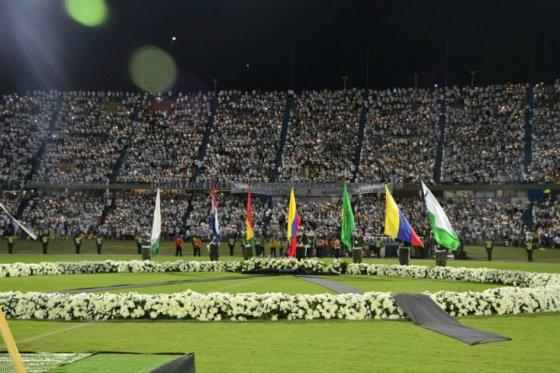 Imagem da homenagem às vítimas do acidente, em Medellín (Foto El Colombiano)