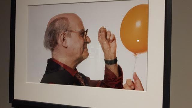 Quino, tentando furar um balão (Foto Sylvia Colombo)