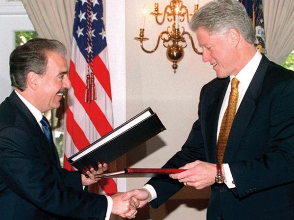 Os ex-presidentes Andrés Pastrana (Colômbia) e Bill Clinton (EUA), nos anos 1990 (Foto Reuters)