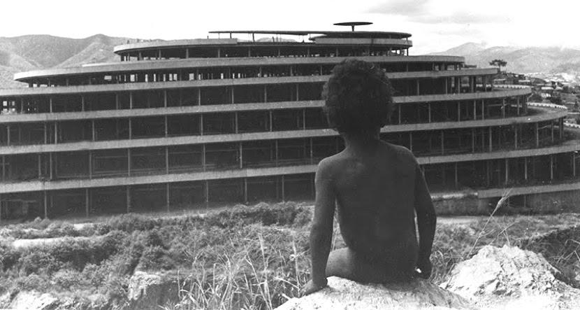 Garoto vê a construção do Helicóide, nos anos 1960